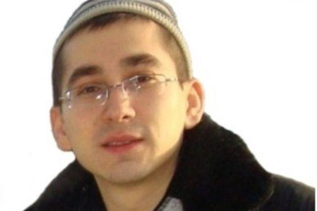 Приметы пропавшего: Рост 173 см, среднего телосложения, волосы тёмные и короткие, глаза карие, носит очки