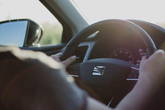 Автомобили столкнулись, после чего «Субару» снес ограждение и въехал в киоск «Газеты и журналы».