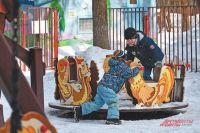 Посреди двора поадресу Ленинский просп., д. 70, обустроили целый комплекс дляотдыха жителей всех возрастов.