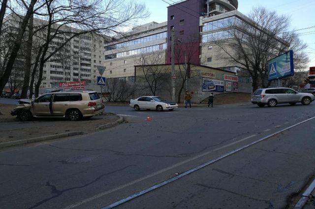 «Лексус» не поделил дорогу с «Тойотой» и врезался в дерево в Хабаровске.