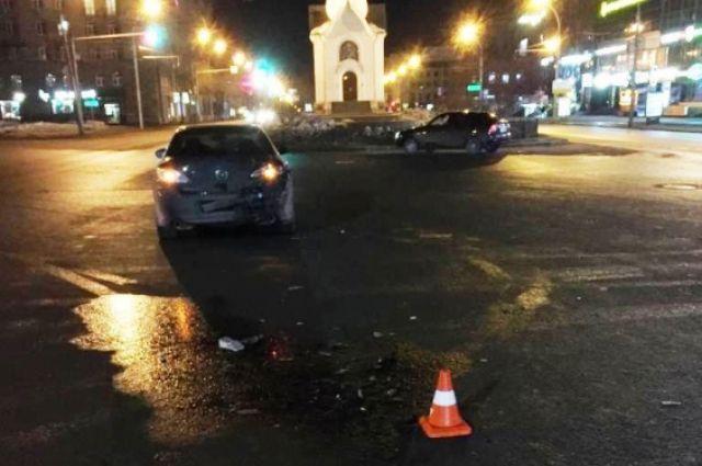 Поворачивая на улицу Октябрьская, водитель «Митсубиси» столкнулся с «Маздой», которая ехала в попутном направлении.
