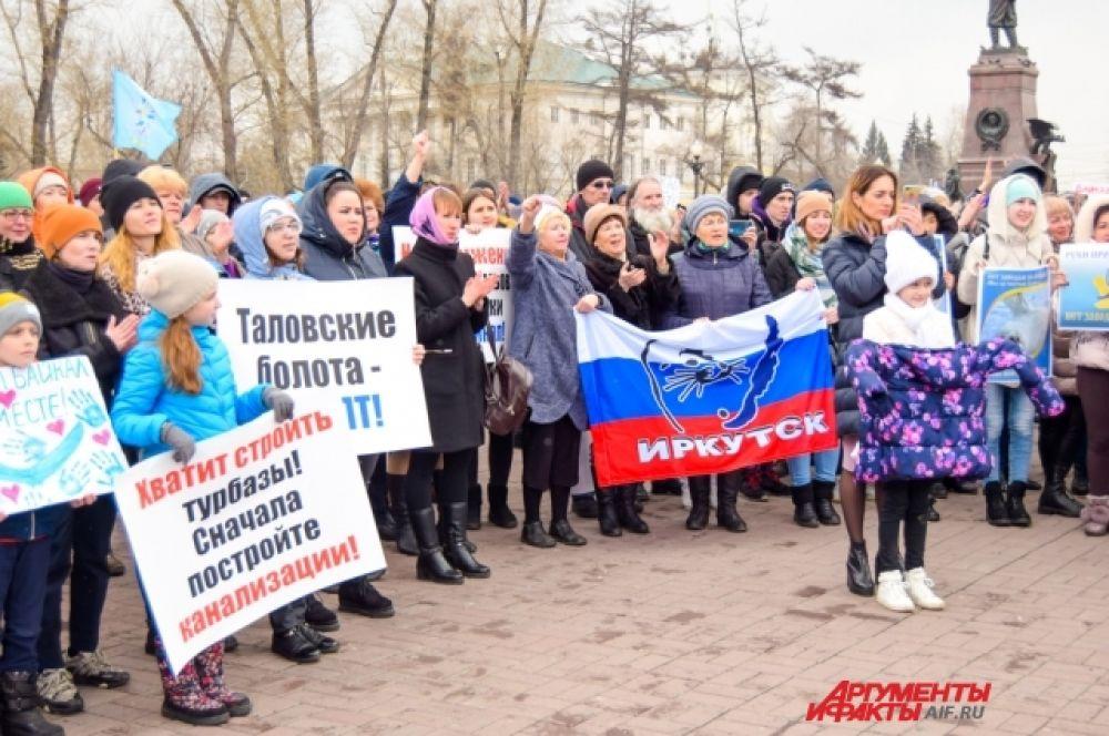 Так же митингующие просят не допускать бессистемной застройки Байкала, запретить использовать здесь одноразовый пластик и химические средства.