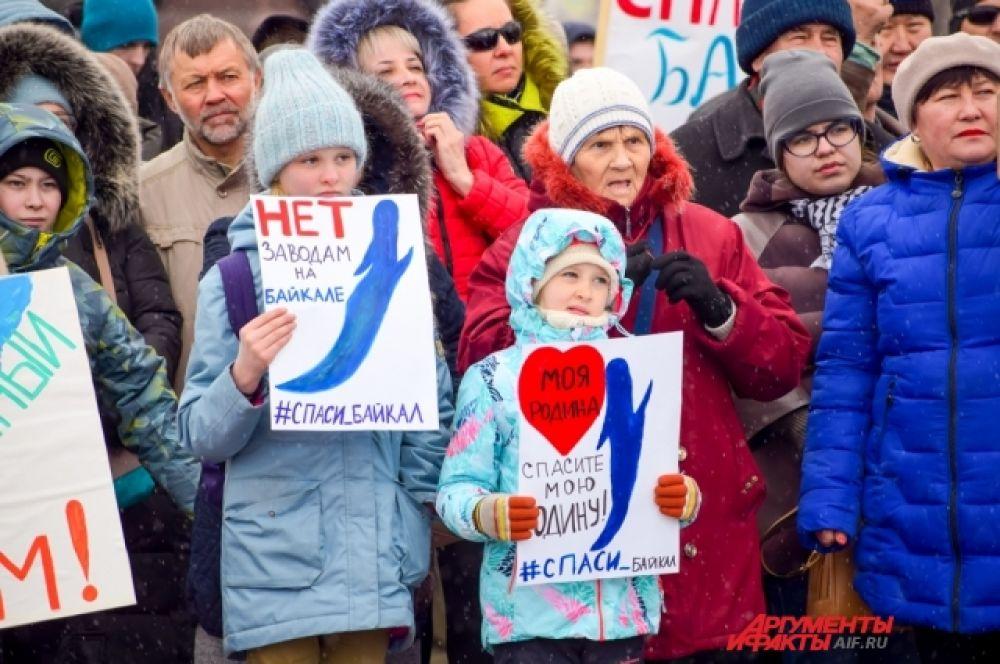 С собой многие принесли нарисованные от руки плакаты в поддержку священного озера.