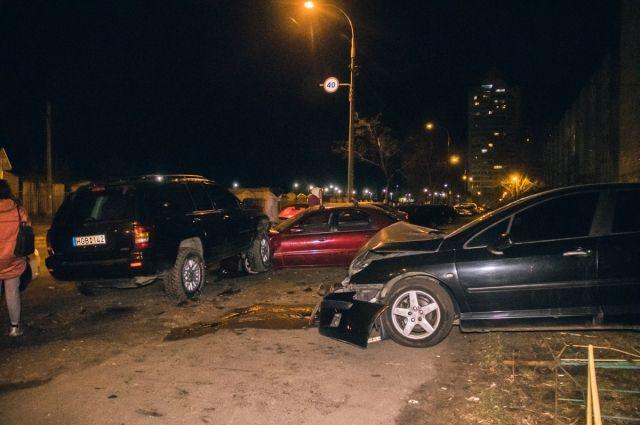 Дорожно-транспортное происшествие с участием трех легковых автомобилей произошло в Оболонском районе Киева.