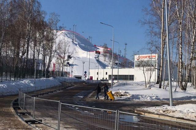 За периметром комплекса горы мусора.
