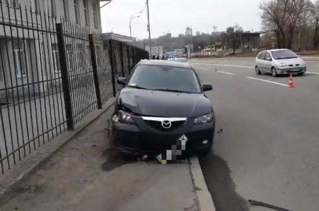 Смертельное ДТП в Киеве: водитель авто сбил пешехода и вылетел на тротуар