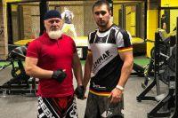 Азрет-Али с сыном Русланом в спортзале.