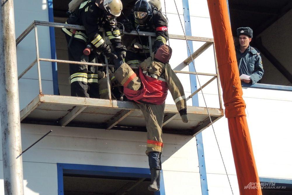 Эвакуация манекена при помощи канатно-спускового устройства.