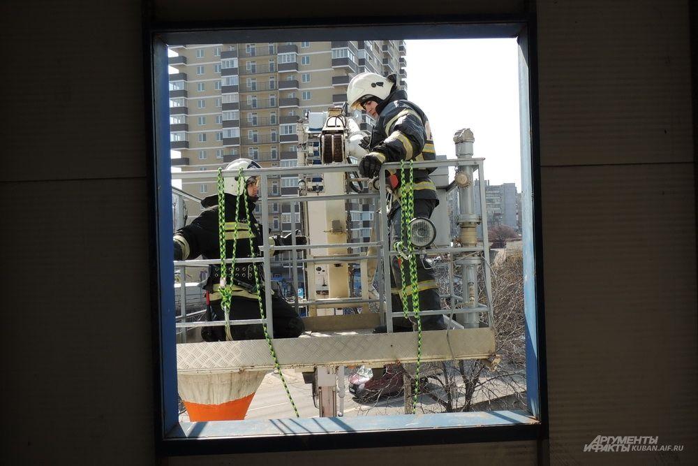 Пожарные на фоне многоэтажек.