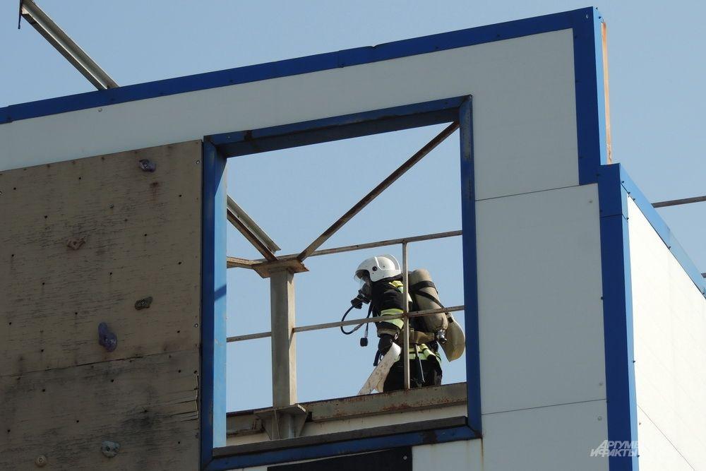 Силуэт пожарного в окне.