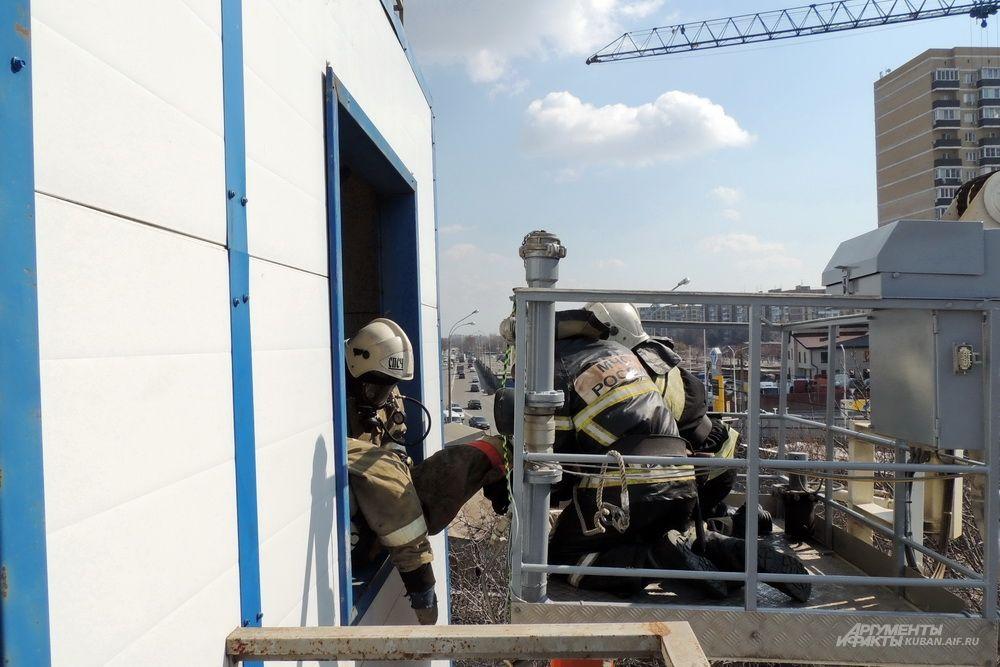 Огнеборцы использовали несколько способов спасения пострадавших с верхних этажей.