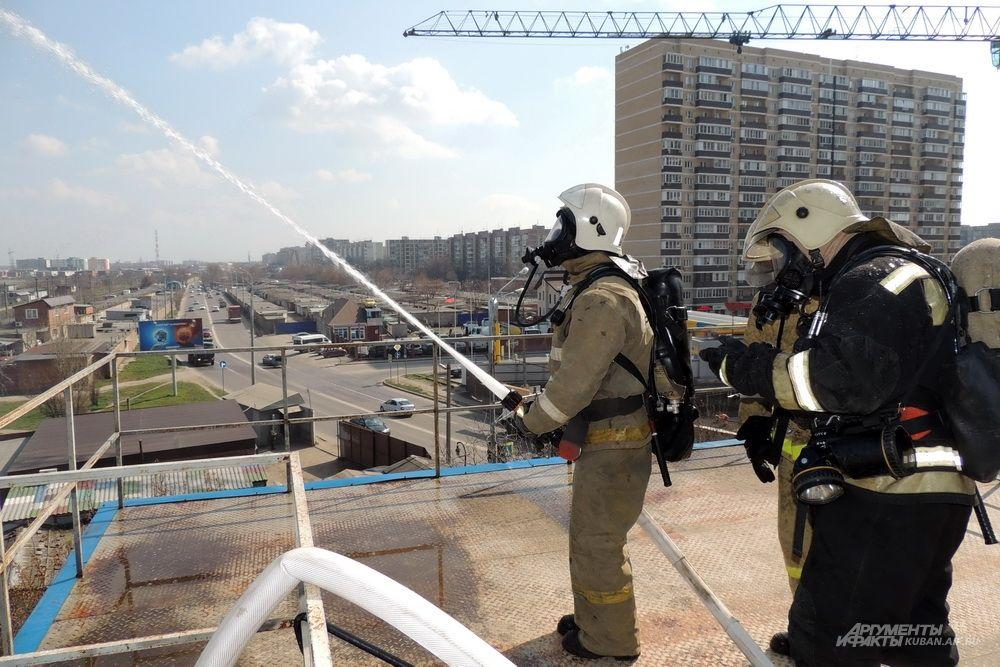 Напор воды в пожарном рукаве очень сильный.