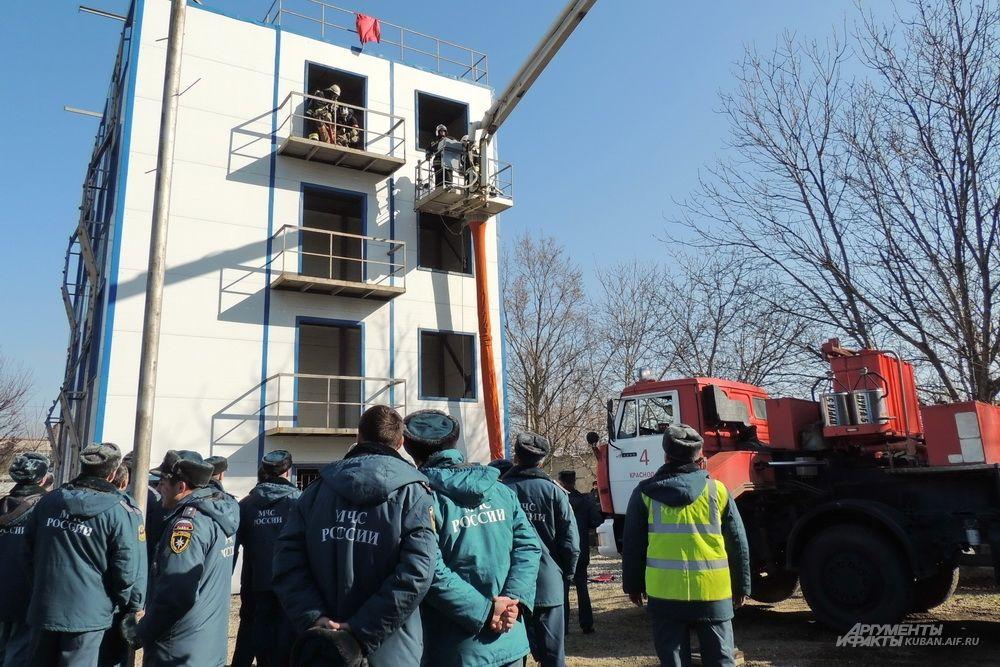 Пожарные со всего края внимательно наблюдали за действиями коллег.