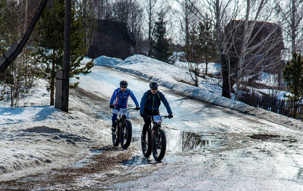 Михаил Елькин (г. Челябинск) на фэтбайке 49, Роман Гуляев (г. Челябинск) на фэтбайке. 43 км.