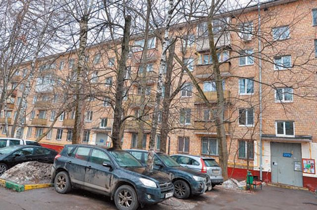 В районе Черёмушки готовят стартовые площадки. Когда эту пятиэтажку снесут (ул. Гарибальди, д. 17),   тут построят новый дом.