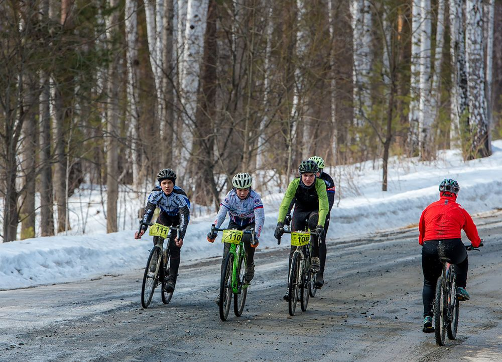 Пелотон гонки на 20 км. Кирилл Плосконенко, Станислав Доронин, Егор Маш (г. Копейск).