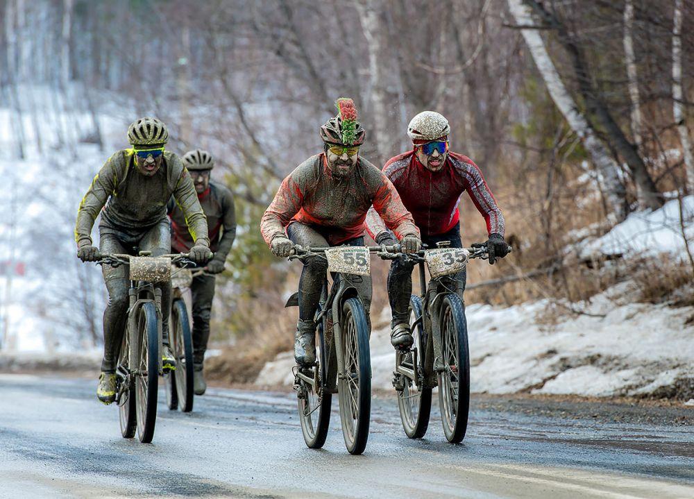 Дмитрий Рогулькин, Владимир Петров, Александр Стрелков (г. Екатеринбург) подходят к финишу гонки на 43 км.