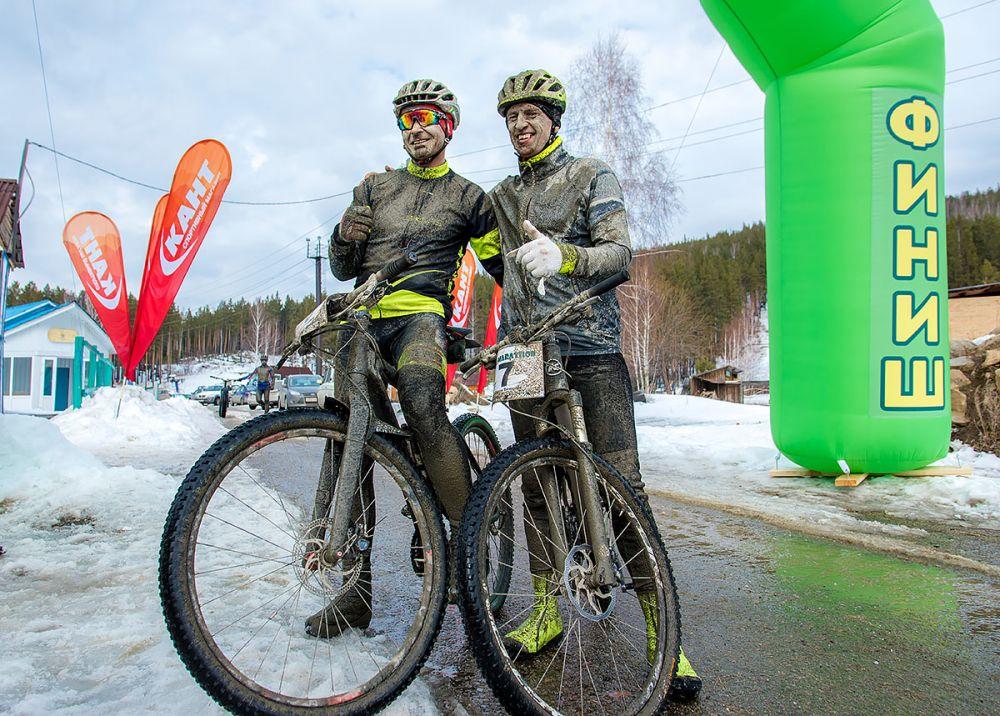 Владимир Федосеев и Вячеслав Зубаков (г. Озёрск) на финише 43 км.