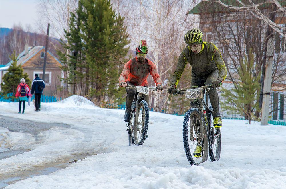 Дмитрий Рогулькин, Владимир Петров (все г. Екатеринбург) подходят к финишу гонки на 43 км.