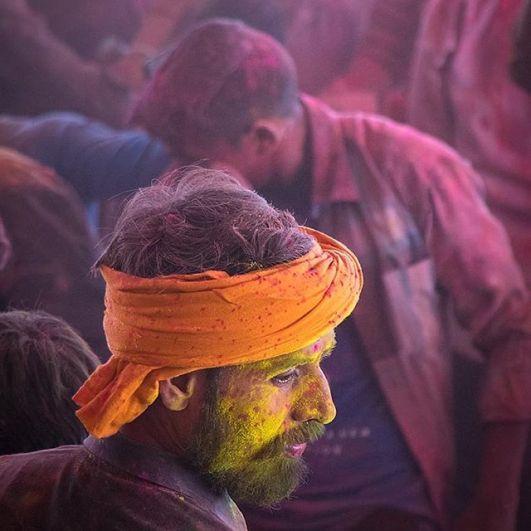 Особенно пышно отмечают Холи на севере Индии. Везде развешиваются разноцветные украшения, особенно много их в фиолетовых, белых, красных, розовых оттенках.