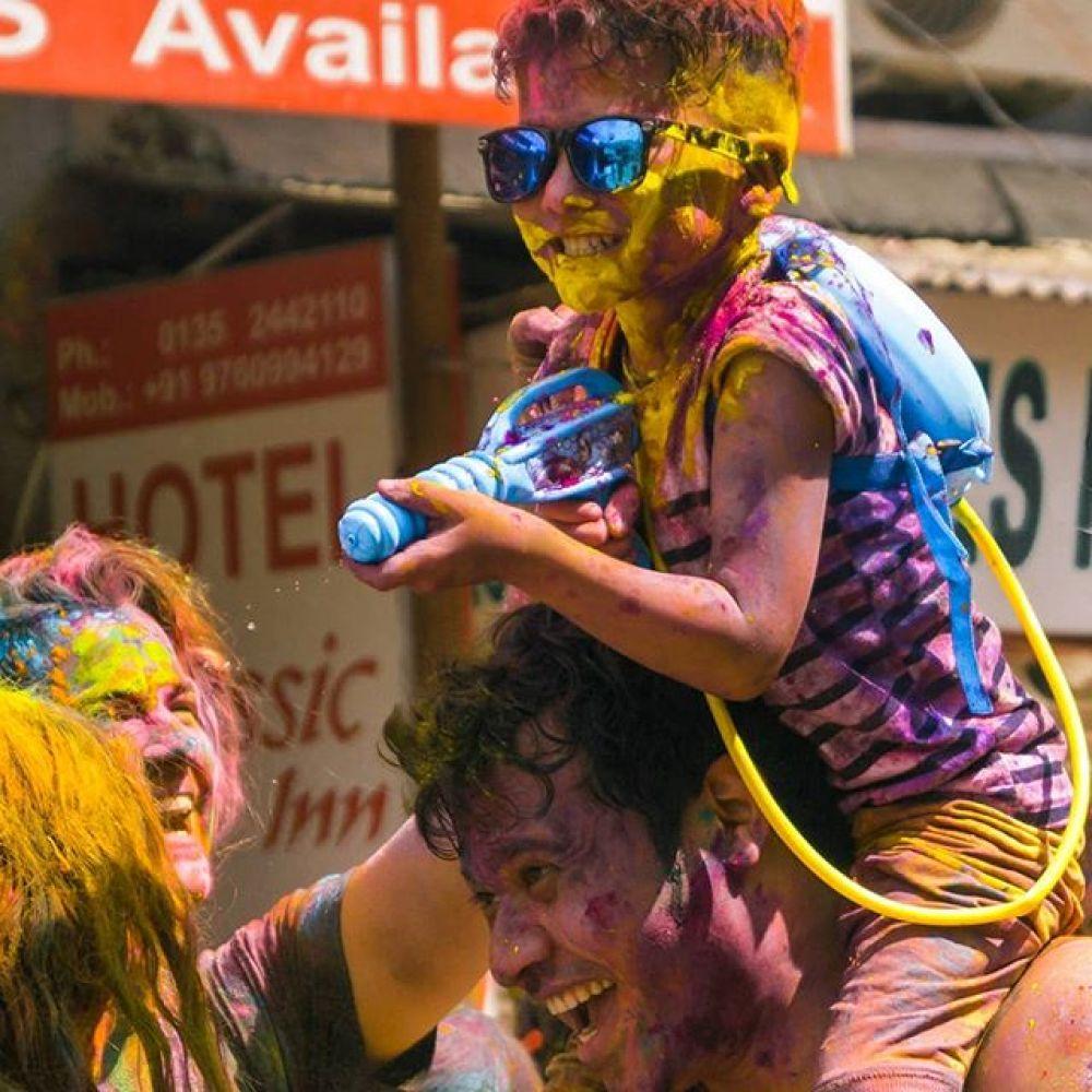 В южной части страны в праздничных мероприятиях в основном участвует молодежь.