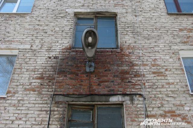 Такие дома в России принадлежат простым рабочим и пенсионерам, потому и на ремонт деньги берут из их худого кармана.