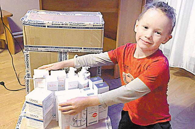 Миша обнимает коробочки с вылечившими его кремами и говорит спасибо читателям «АиФ»!