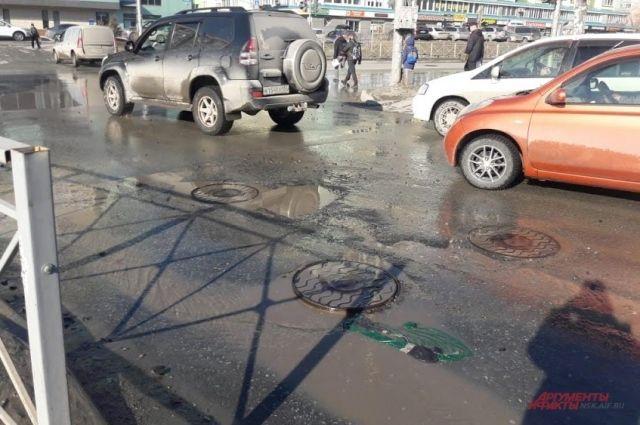 На месте ямы каждый раз скапливается вода, перейти дорогу в этом месте проблематично.