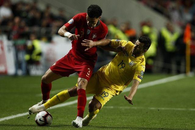 Матч сборных Португалии и Украины, справа — Жуниор Мораес.