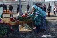 На месте стихийного мемориала вновь полно цветов и игрушек.