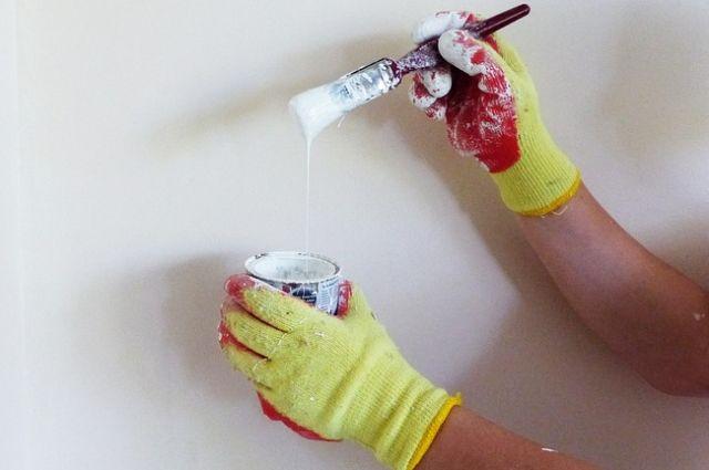 Петербуржцы предлагают привлечь сотрудников УК и ТСЖ: вышел утром дворник, увидел рекламу запрещённых веществ - закрасил подходящей краской.