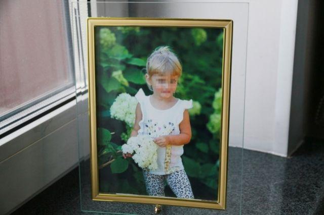 Дедушка одной из погибших девочек принес на заседание фотографию внучки