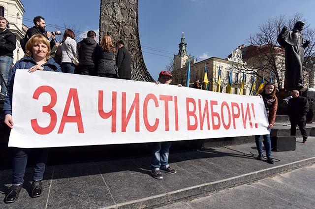 Участники народного вече за честные выборы у памятника Тарасу Шевченко во Львове.