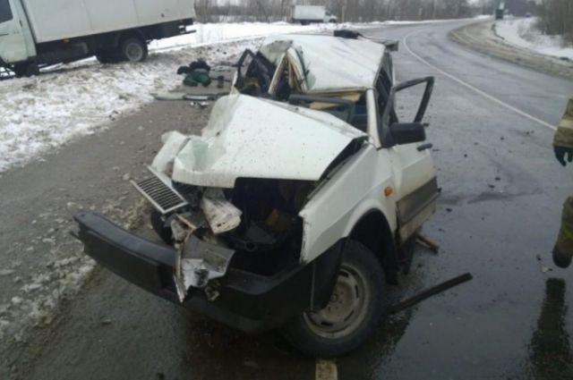 «Тойоту» после столкновения с «Ниссаном» отбросило на дом в Комсомольске.