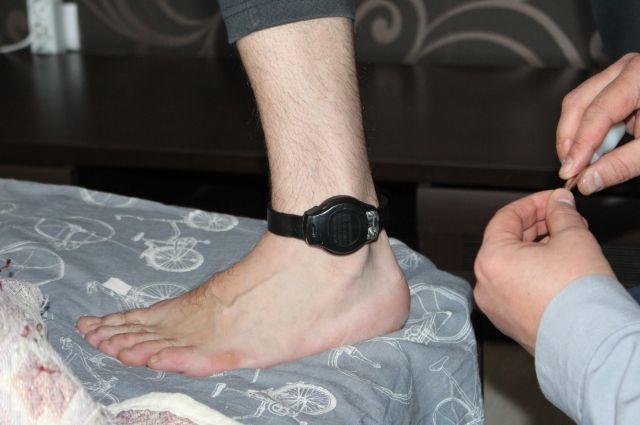 На электронный браслет ставится пломба, поэтому при попытке снять его, в инспекции срабатывает сигнал тревоги.