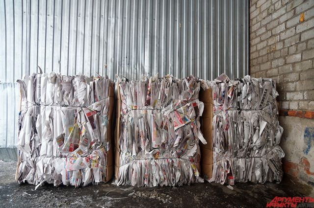Сдавать можно хорошо перевязаннуя макулатуру, рассортированные и компактно сложенные пластиковые отходы, металлы, стекло, батарейки.