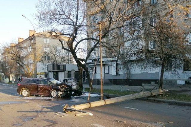 Рухнувший столб и сгоревшее авто: подростки неудачно «покатались» на машине