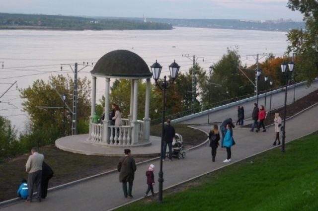 С приходом тёплой погоды на набережной гуляют уже сотни жителей.