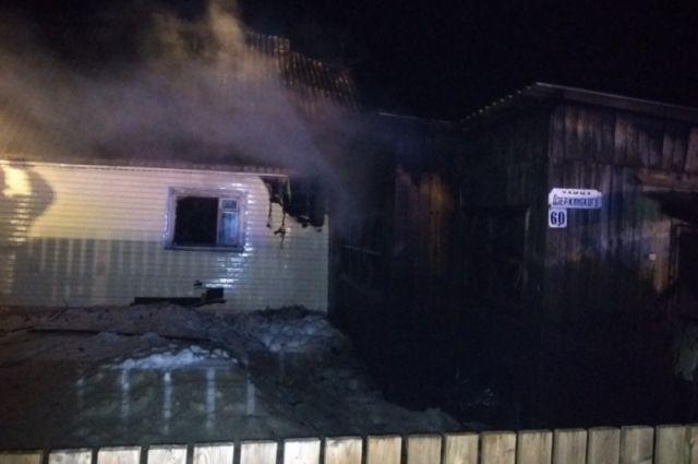 Площадь пожара составила 60 квадратных метров. Возгорание тушили 17 человек и 6 единиц техники.