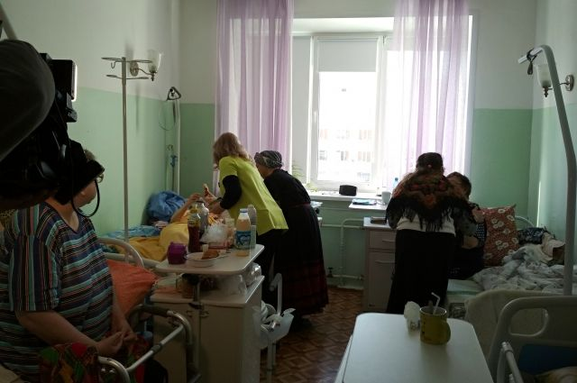 Волонтёры помогают паллиативным пациентам хосписа.