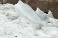 Заледеневший снег рухнул на улице Куйбышева.