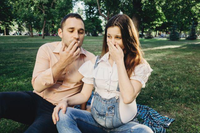 Папы курят с младенцем. Какие привычки вредны для беременных?