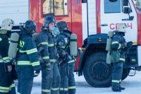Пожарные вывели из горящего здания пять человек.