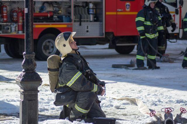 Пожарные уже потушили очаг возгорания и проводят заливку здания.