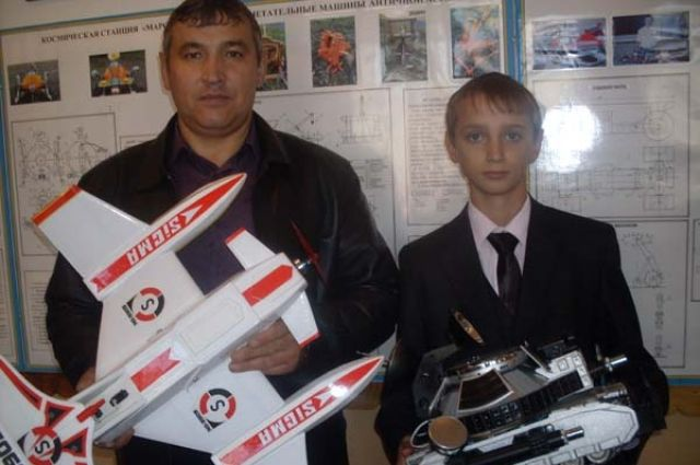 Школьники села Малая Зоркальцева мастерят макеты фронтовых самолетов