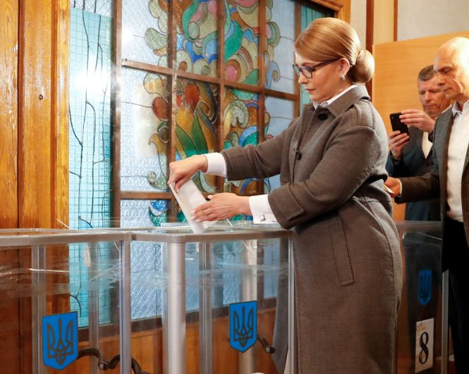 Юлия Тимошенко голосует на президентских выборах.