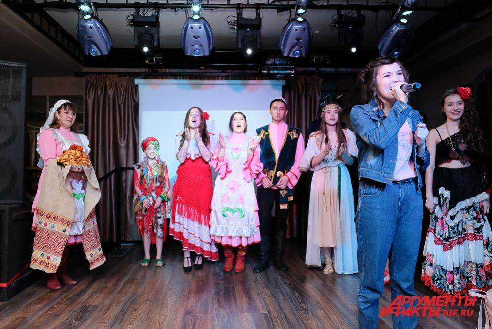Рената Хатипова из Кондратовской средней школы исполняла танцы народов мира,  пела на татарском языке, а после выступления угостила всех присутствующих национальным блюдом – чак-чаком.