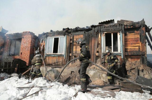 Пожарные предотвратили дальнейшее распространение огня, затем проводили проливку и разбор конструкций.
