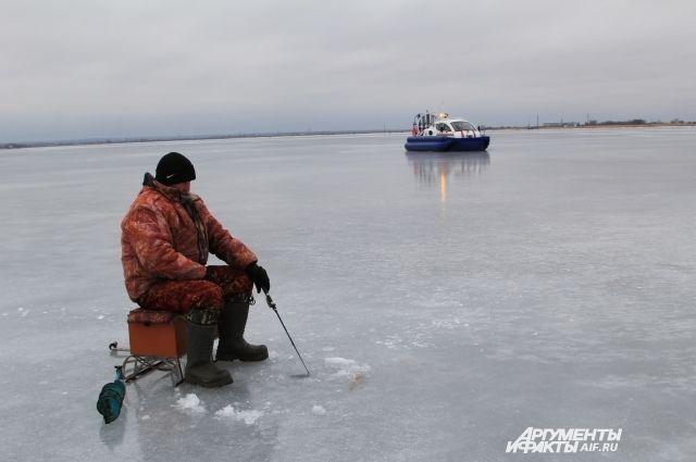 Рыбаку стало плохо двух километров от берега.