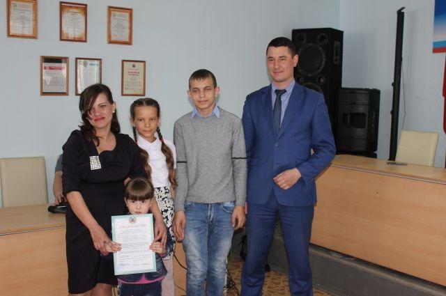 Семьи получили сертификаты на приобретение жилья